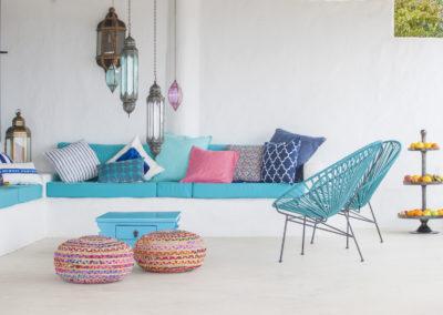 Villa Elafina | Gemütliche und schattige Sitzlounge mit weichen Kissen