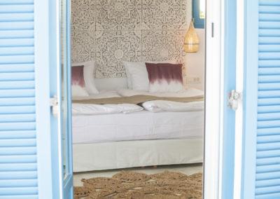 Villa Elafina | Schlafzimmer im Obergeschoss mit rundum laufendem Balkon mit Meerblick und Jacuzzi