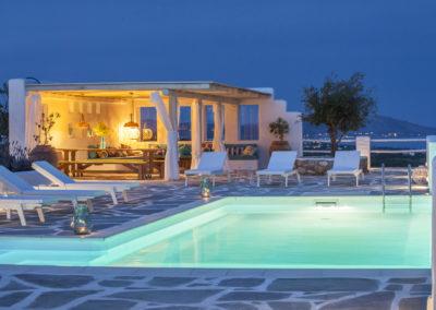 Villa Elafina | Poolhaus mit Sitzlounge und grossem Esstisch
