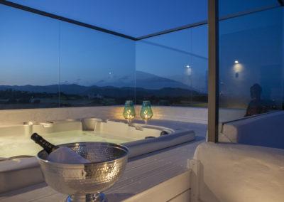 Villa Elafina | Abendstimmung im Jacuzzi mit weitem Blick über das Meer und die Berge