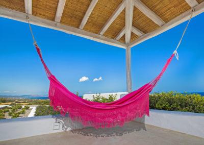 Villa Elafina | Entspannen unter der schattigen Pergola oberhalb der Poolterrasse