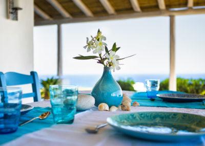 Villa Elafina | Esstisch unter schattiger Pergola mit weitem Meerblick