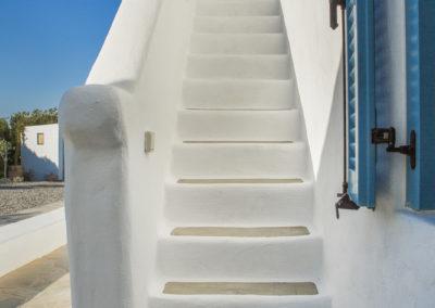 Villa Elafina | Zusätzliche traditionelle Aussentreppe zur rundum laufenden Terrasse und Jacuzzi im Obergeschoss