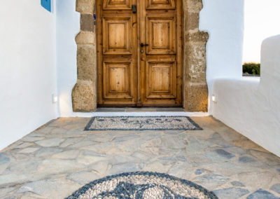 Villa Elafina | Historische Eingangstür mit traditionellen Kieselmosaiken
