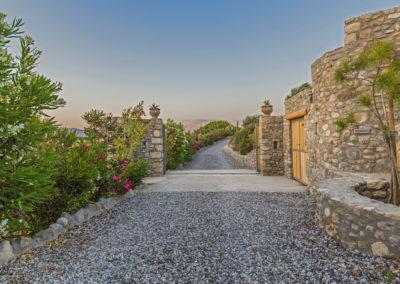 Villa Elafina | Auffahrt mit automatischem Tor