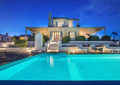 Villa Elafina | Abendstimmung am Pool unterm Sternenhimmel, links das Gästehaus